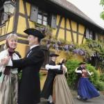 F67.Personnages en costume folklorique alsacien