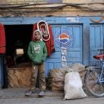 Jeune NŽpalais devant un restaurant ˆ Katmandou/young nepalese m